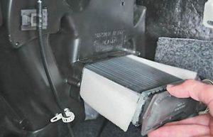 снимаем радиатор с машины