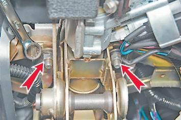 откручиваем гайки крепления кронштейна рулевой колонки.