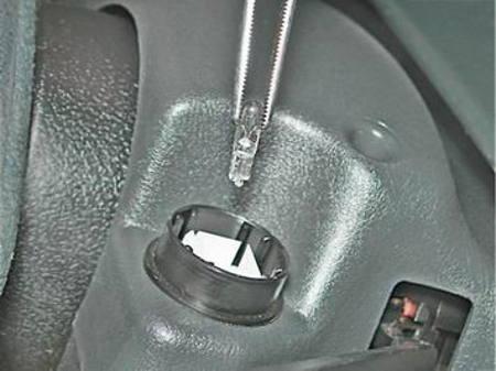 меняем лампочку в аварийке